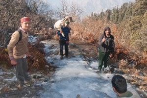 Sur le chemin glacé.